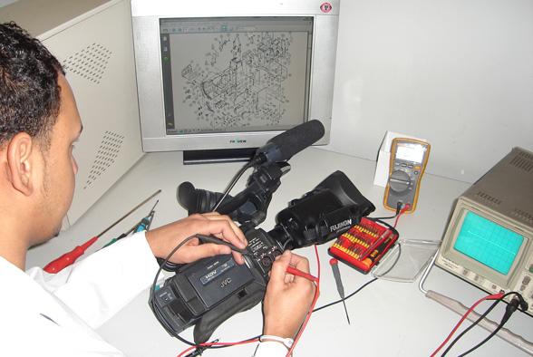 tecnico reparando videocamara